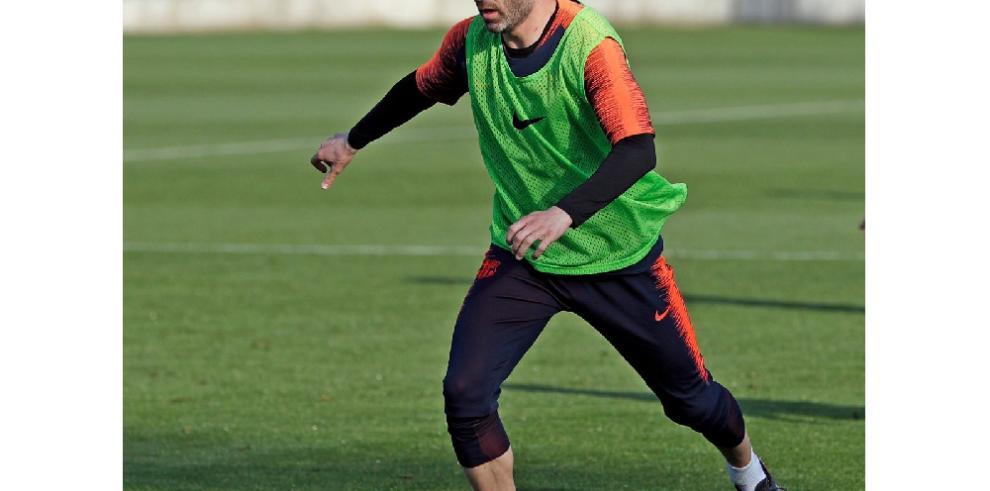 Barcelona espera que Iniesta juegue al menos una temporada más