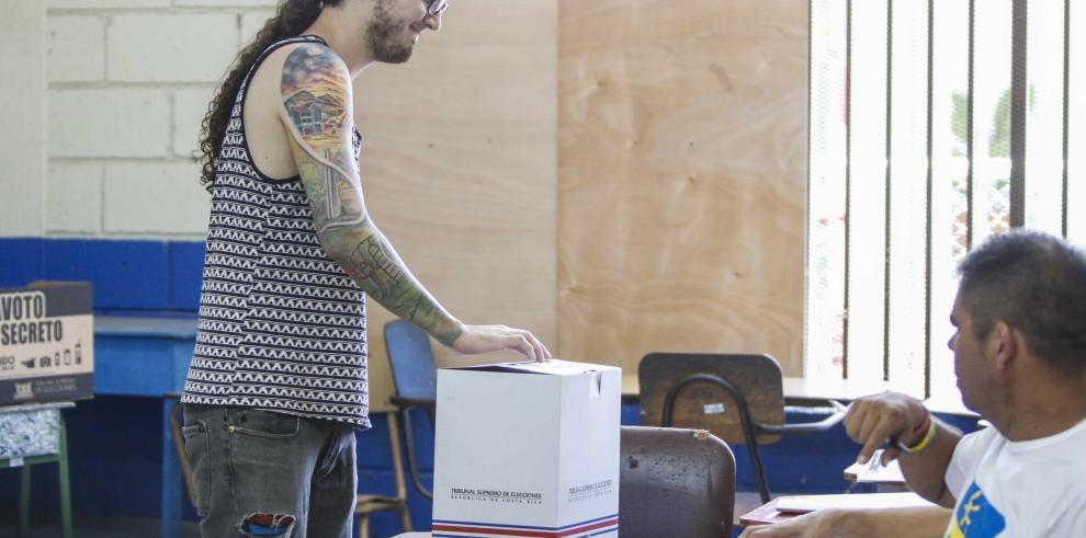 Segunda ronda electoral transcurre con calma y poco ambiente en Costa Rica