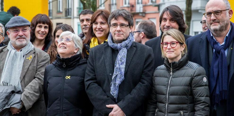 Independentistas catalanes acuerdan investir a Puigdemont