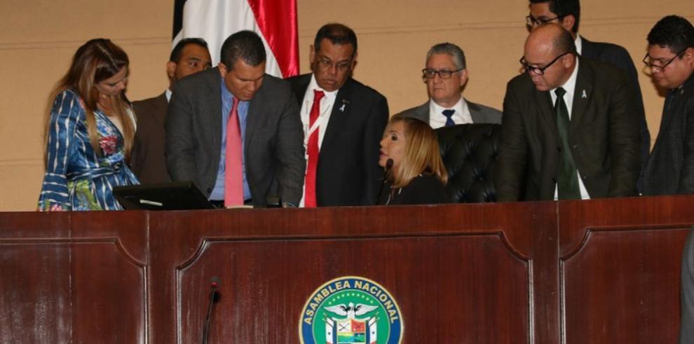 Mayoría legislativa de CD y PRD cede ante el oficialismo