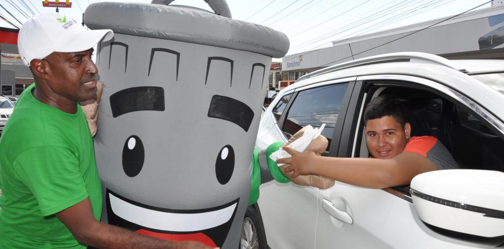 AAUD entregó15 mil bolsas biodegradable para autos