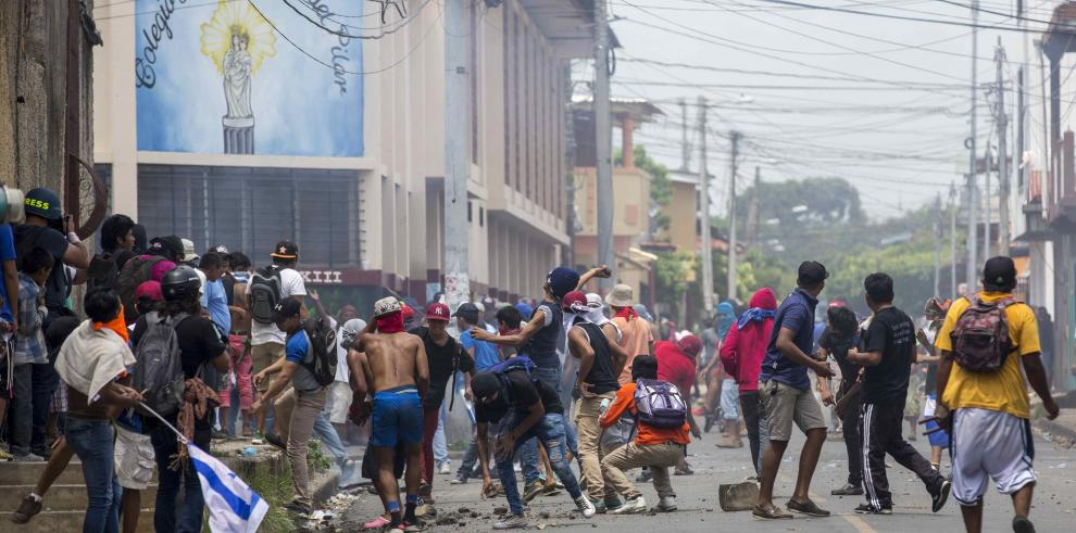 Aumentan muertos y protestas mutan en batallas urbanas en Nicaragua
