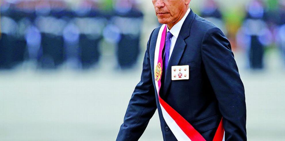 Peruanos votan el referéndum de Vizcarra