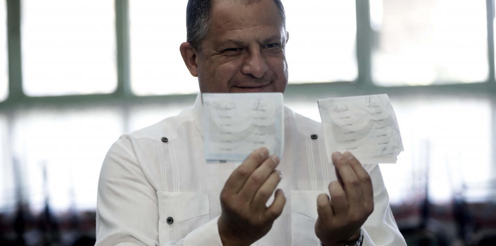 Presidente Solís emite el voto y llama a los ciudadanos a acudir a las urnas