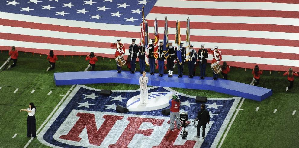Pink canta el Himno Nacional y ningún jugador se arrodilla como protesta