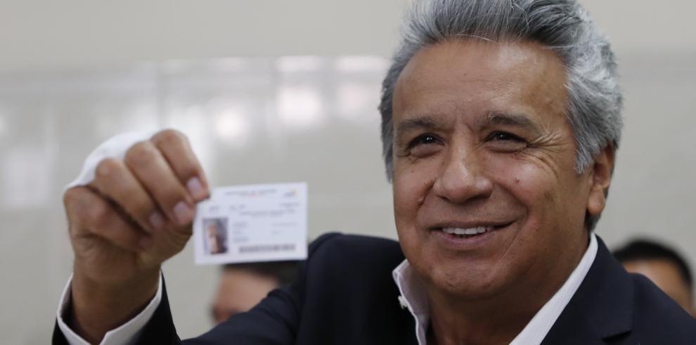 El presidente de Ecuador espera con su gabinete los resultados de la consulta