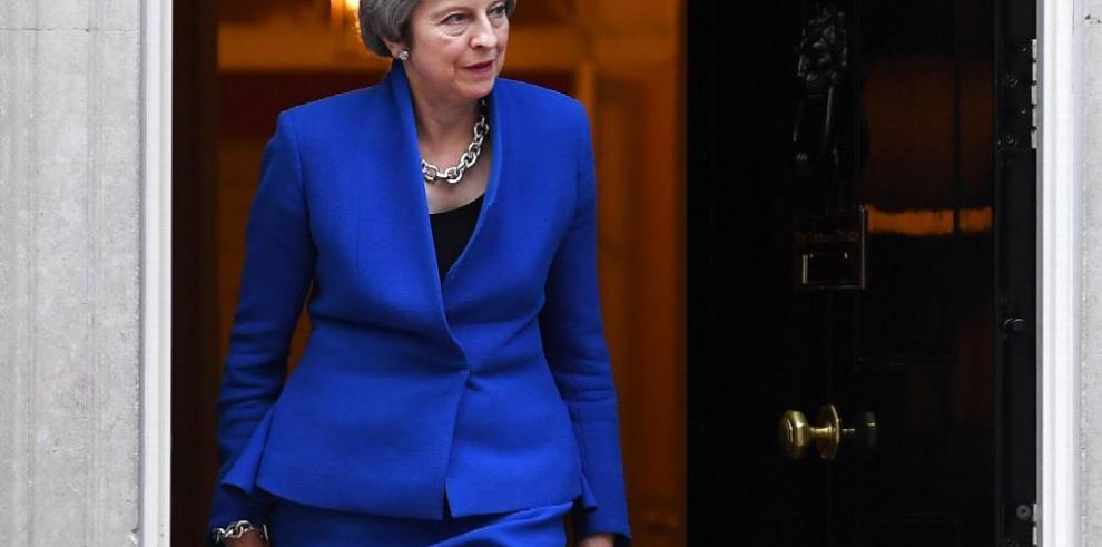 May defiende su plan de 'brexit' ante sus críticos
