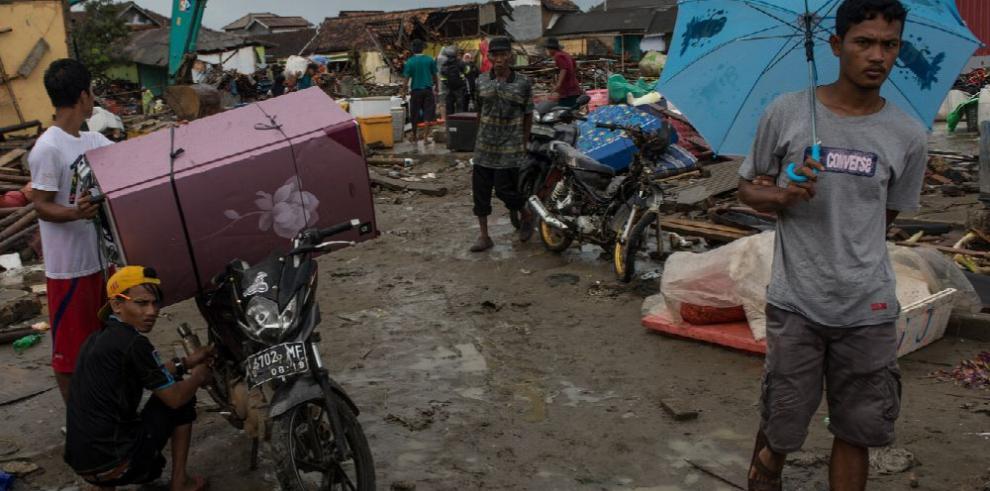 Suben a 373 los muertos por tsunami en Indonesia