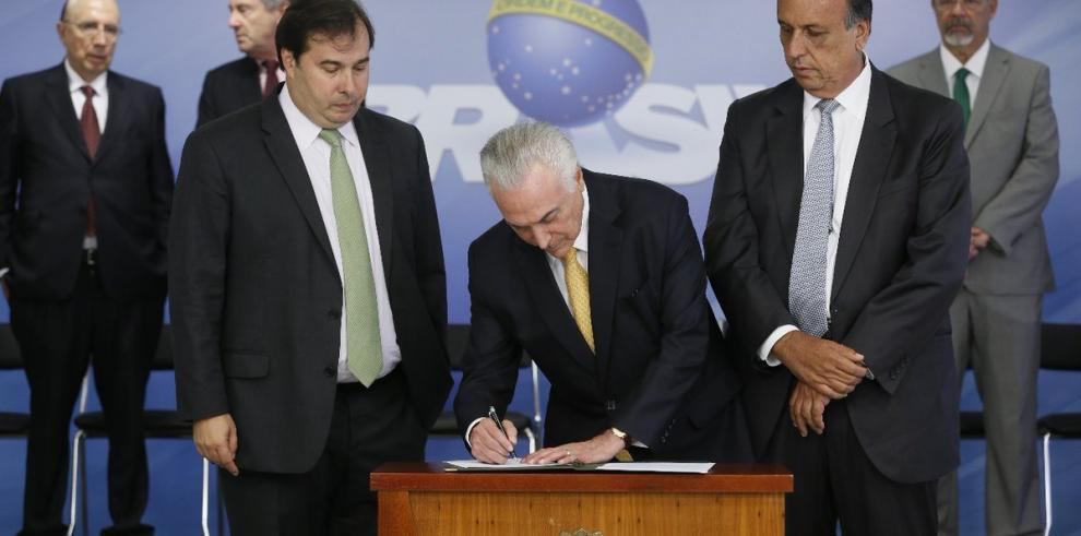 Las comparsas siguen agitando Río en medio de intervención en seguridad