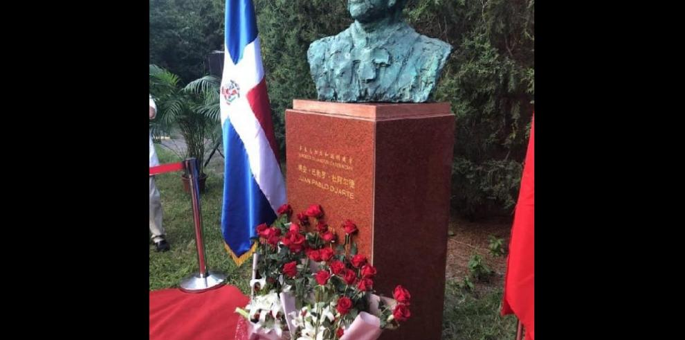 Develan busto de Juan Pablo Duarte en China