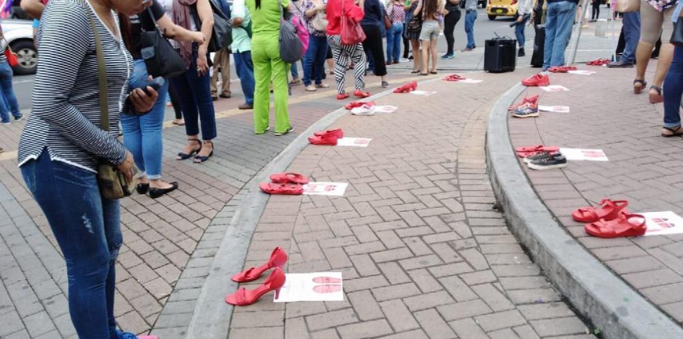 Manifestación pacífica contra el femicidio se instala en la Vía España