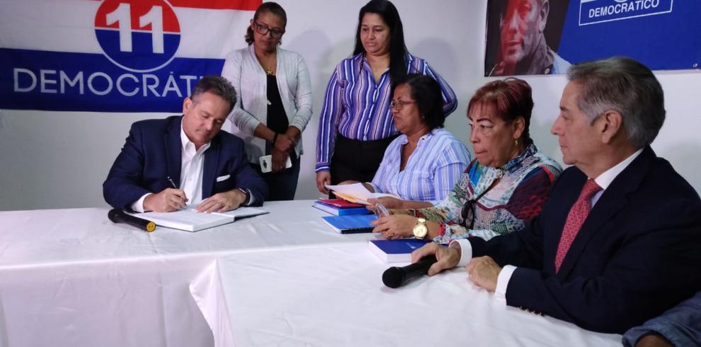 Navarro presenta en el PRD la solicitud para abrir su cuenta bancaria