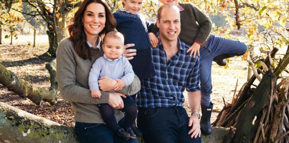 Familia real felicita la Navidad con foto familiar