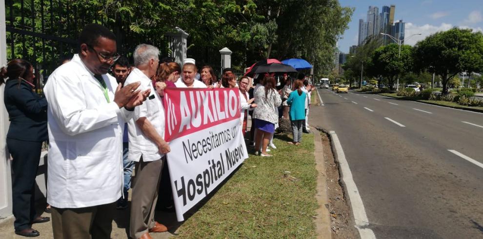 Especialistas médicos protestan y exigen la construcción del Hospital del Niño