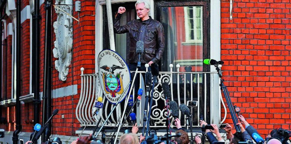 La suerte de Assange está en la cuerda floja