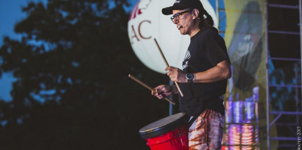 Una noche de tamboreo y música electrónica