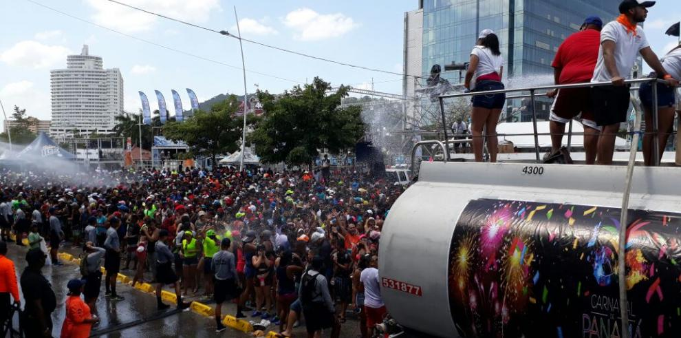 Cientos de personas acuden al tercer día de carnaval en la Cinta Costera