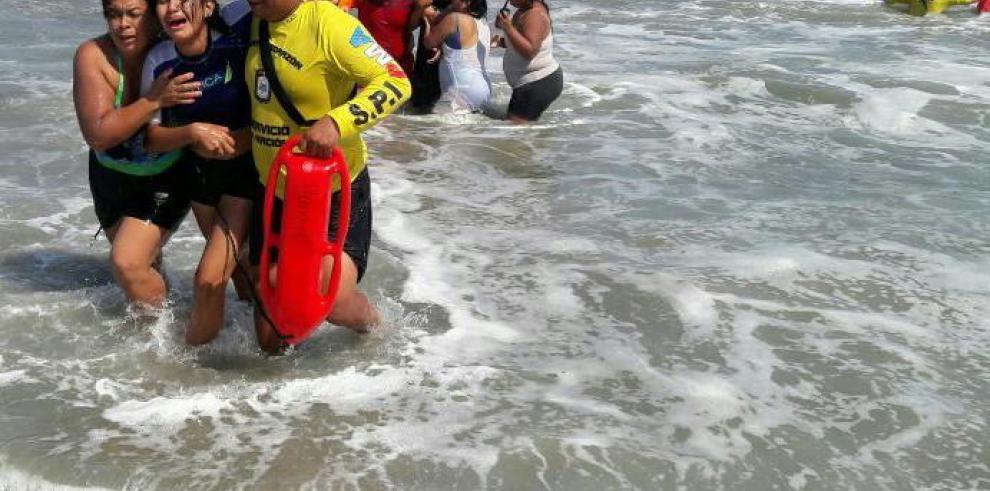 FTC salva 15 personas en zonas acuáticas durante los carnavales