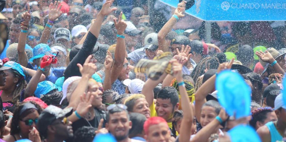 Sol, agua y alcohol en una fiesta vibrante
