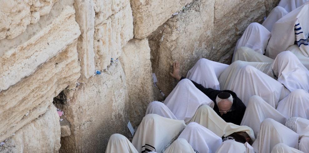 Miles de judíos son bendecidos ante el Muro de las Lamentaciones en Jerusalén