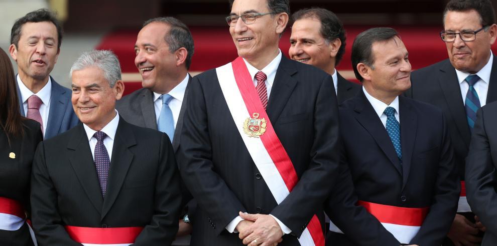 El presidente de Perú toma juramento a su gabinete de ministros