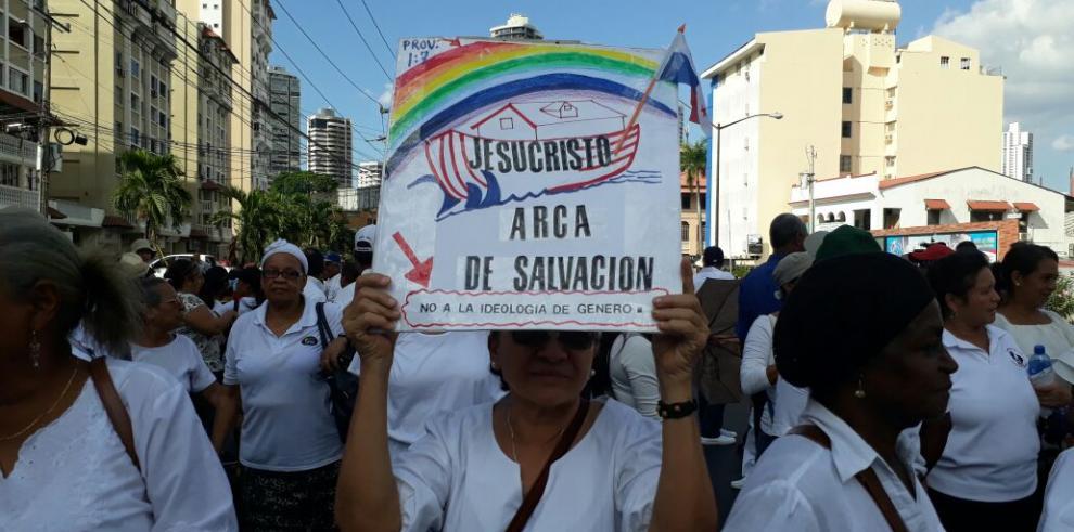 Ciudadanos marchan contra la ideología de género