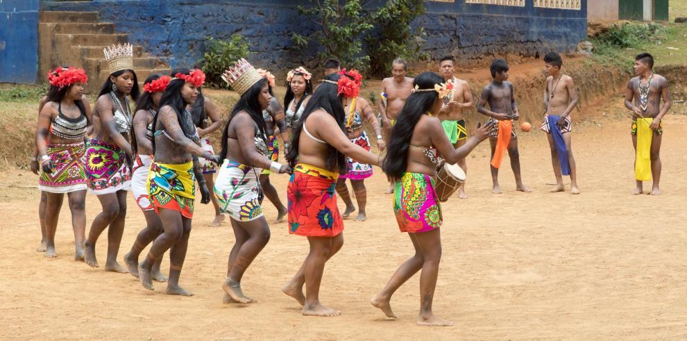Los emberá, algo más que turismo a orillas del río Chagres en Panamá