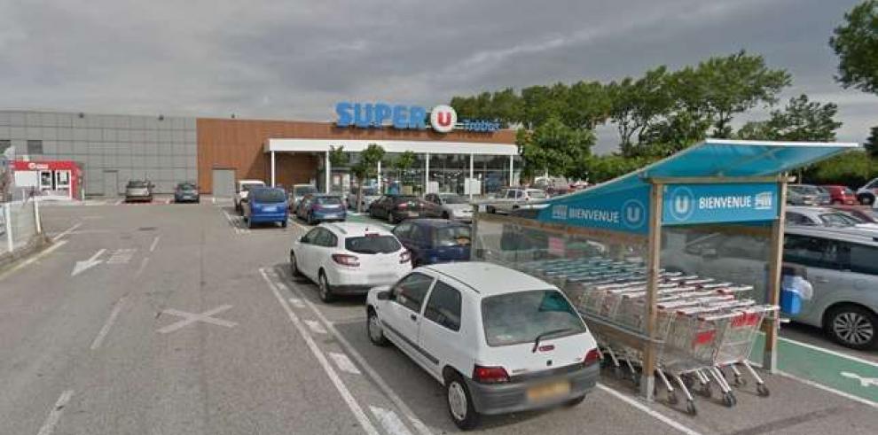 Un hombre armado retiene a varias personas en un supermercado en Francia