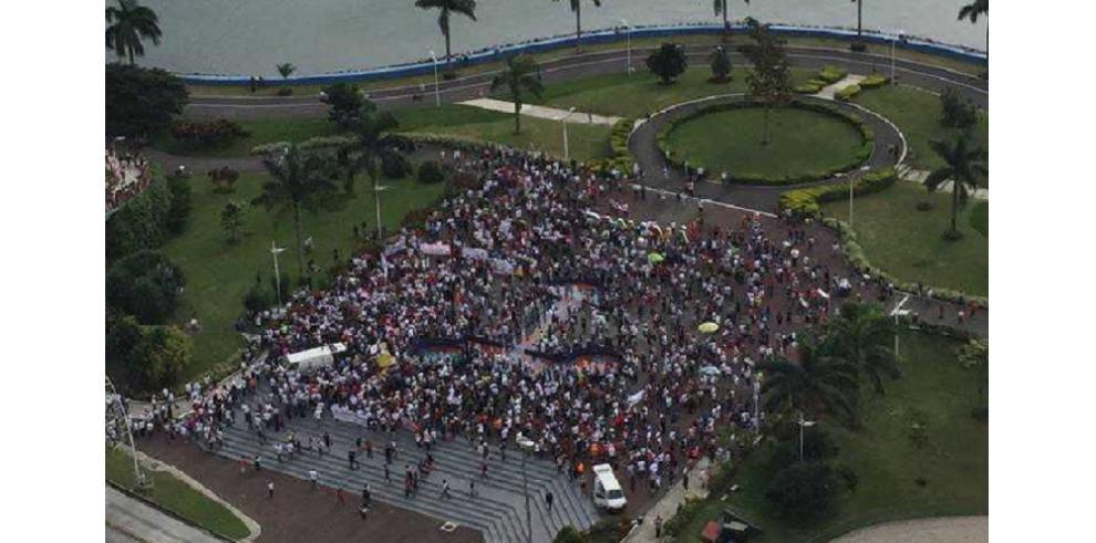 Panameños se toman la Cinta Costera para protestar contra la corrupción