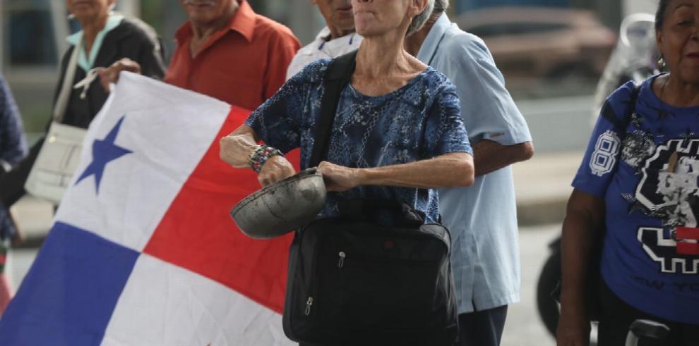 Jubilados cierran calles y piden subir sus pensiones