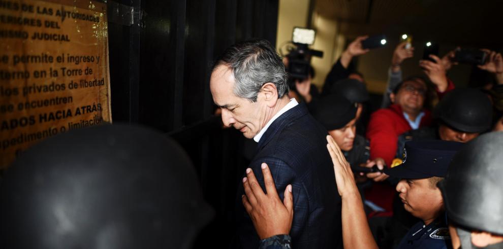 Prisión preventiva para expresidente de Guatemala Colom y 9 de sus ministros