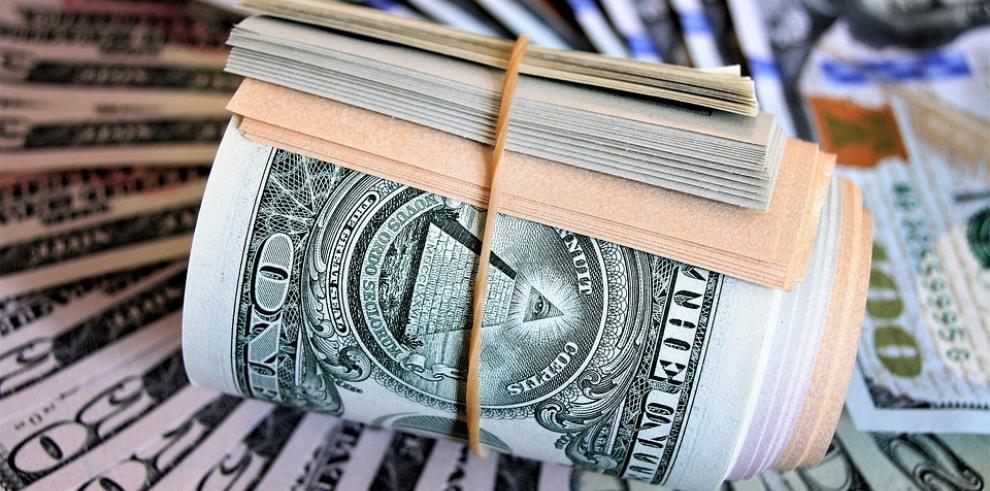 El dólar vuelve a caer ante el euro y cierra mixto frente a otras divisas