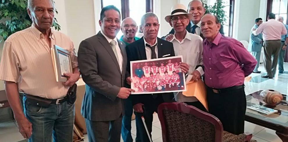 Gobernación honra a la generación del 76