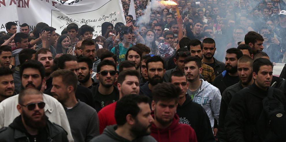 Al menos cinco heridos en una manifestación en Atenas contra ataque a Siria