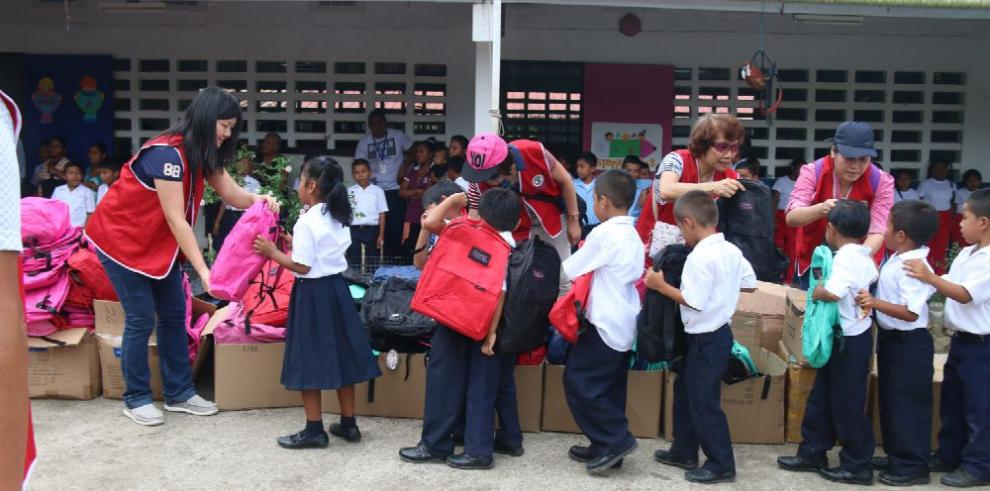 Donan útiles escolares a niños de Vaquilla