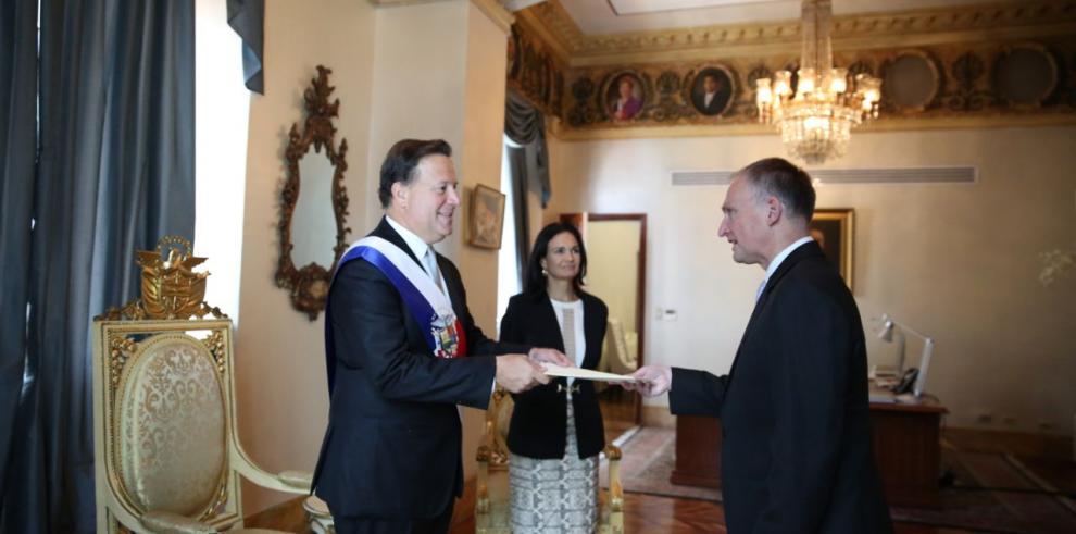Varela adopta medidas migratorias para potenciar turismo y comercio