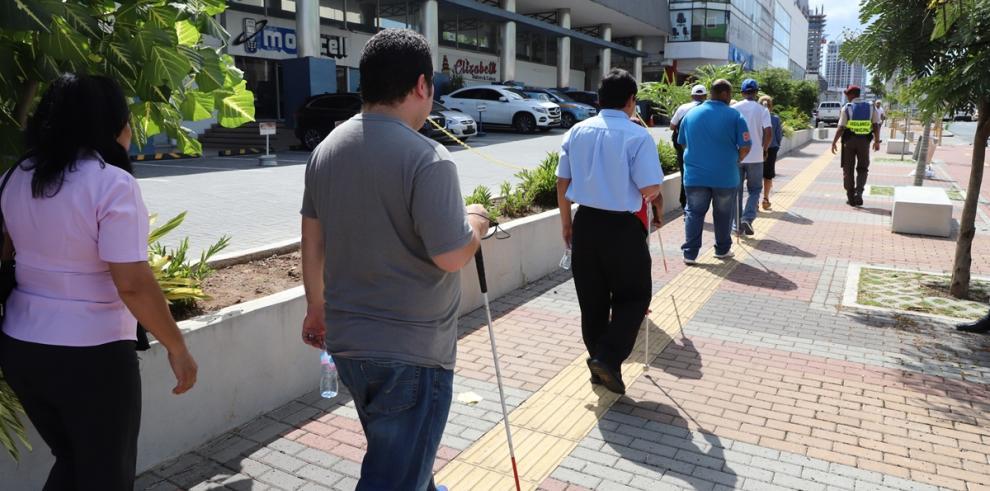 Revitalización de espacio público recibió visita de personas con discapacidad visual
