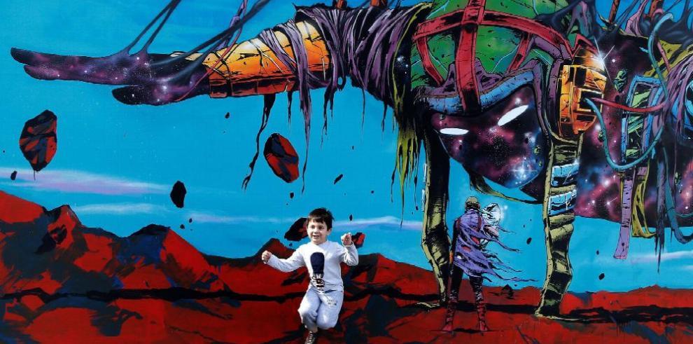 Maluma sorprende a un sobrino en una 'Expo'
