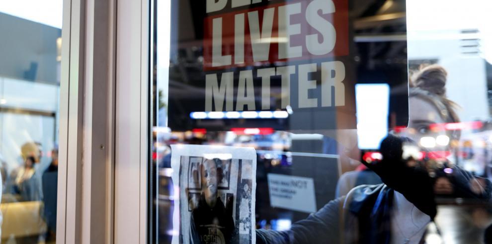 Sacramento sigue en tensión diez días después de la muerte de joven negro