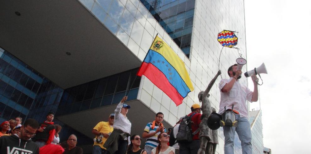 Partido opositor dice que venezolanos cocinan con leña por falta de gas