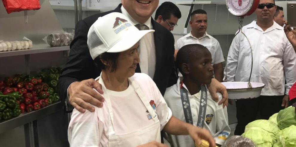Varela entrega el renovado mercado público de Colón