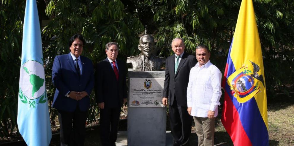 Develan busto de Eloy Alfaro en el Parlatino