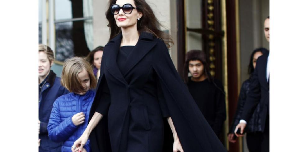 Angelina Jolie alaba a Isabel II por su labor en la conservación de bosques