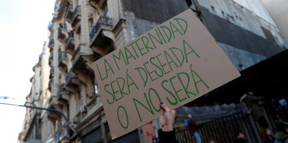 Cientos de personas apoyan propuesta que dificultaría el aborto en Brasil