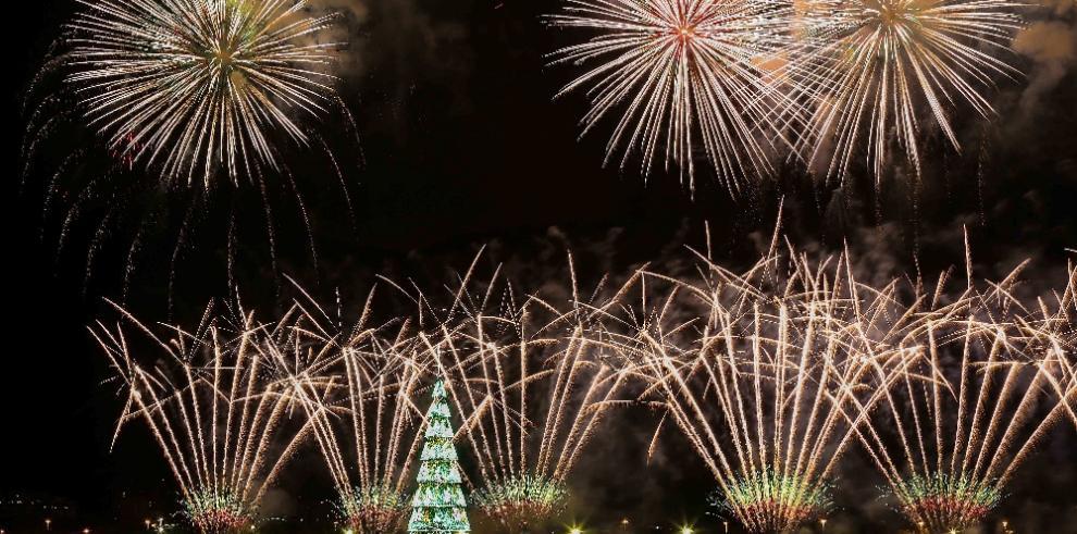 Río vuelve a encender el árbol de Navidad flotante más grande del mundo
