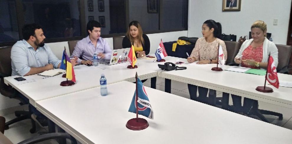 Jóvenes condenan divulgación de noticias falsas
