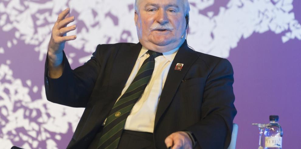 Lech Walesa apoya a personas con discapacidad que ocupan Parlamento polaco