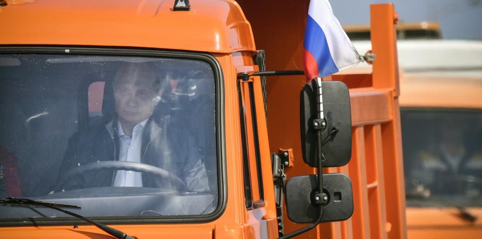 Putin inaugura al volante de un camión el puente que une Crimea con Rusia
