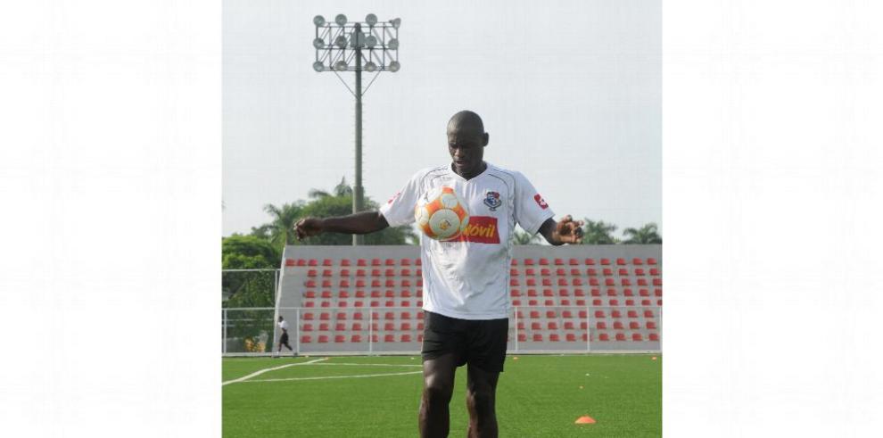 Extranjeros dominan los banquillos en el fútbol local