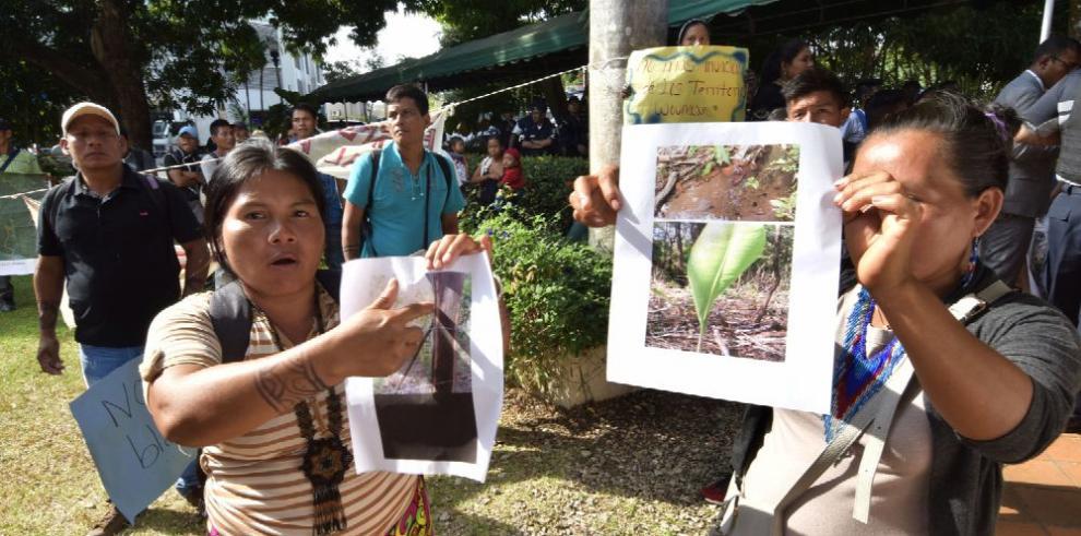 Indígenas emberá wounaan sitian la entrada de MiAmbiente